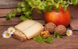 Placa de Woonden com maçã e porcas do queijo Imagem de Stock Royalty Free