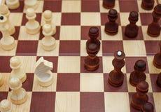 Placa de xadrez com as figuras colocadas nela imagens de stock