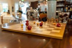 Placa de xadrez com as maçãs em vez das figuras fotografia de stock