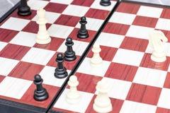 Placa de xadrez com figuras nela perto acima, em jogos de mesa e no conceito intelectuais do passatempo imagem de stock royalty free
