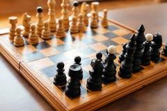 Placa de xadrez com partes de madeira da xadrez fotos de stock