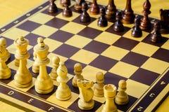 Placa de xadrez, figuras brancas do und preto, posição de começo imagem de stock