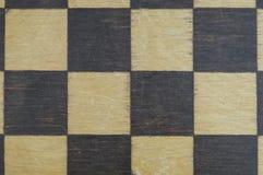 Placa de xadrez de madeira idosa do fundo foto de stock royalty free
