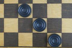 Placa de xadrez de madeira idosa do fundo imagens de stock royalty free
