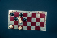Placa de xadrez no fundo escuro Imagem de Stock Royalty Free
