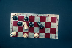 Placa de xadrez no fundo escuro Imagens de Stock