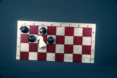 Placa de xadrez no fundo escuro Fotografia de Stock