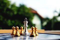 A placa de xadrez, o rei de prata está em problemas grandes imagem de stock