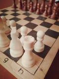 Placa de xadrez os brancos começam e ganham imagem de stock royalty free