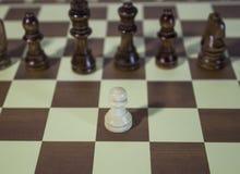 Placa de xadrez - penhore a moeda que enfrenta inimigos poderosos Imagem de Stock Royalty Free