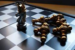 Placa de xadrez Um cavaleiro de prata bateu para baixo todos os inimigos e para transformar-se um rei Refira a estratégia empresa imagem de stock royalty free