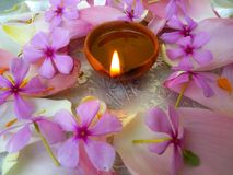 Placa decorada com flores e lâmpada de óleo foto de stock royalty free
