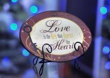 Placa decorativa de Brown con las palabras sobre amor Imagen de archivo libre de regalías