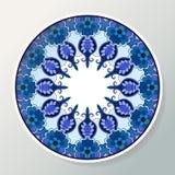 Placa decorativa de la porcelana con el ornamento étnico redondo Mandala en colores azules Decoración interior ilustración del vector