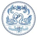 Placa decorativa en el estilo de Gzhel - cisnes Imagen de archivo libre de regalías