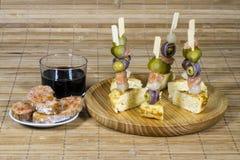 Placa del aperitivo con los salmones y las aceitunas Fotos de archivo libres de regalías