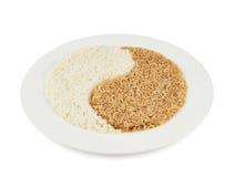 Placa del arroz que forma una muestra de yang del yin Imagenes de archivo