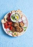 Placa del bocado Albóndigas de la coliflor, tomates, rábano, gluten-libre, galleta y salsa Bocado vegetariano sano Fotos de archivo libres de regalías