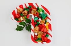 Placa del centro de tabla del bastón de caramelo con los caramelos aislados en el fondo blanco Fotos de archivo libres de regalías