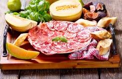 Placa del diversos jamón y salami con las frutas frescas Fotografía de archivo libre de regalías