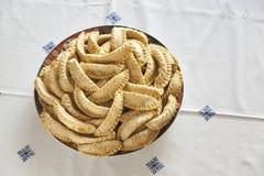 Placa del EL cocido fresco Ghazal, un dulce marroquí de Kaab también sabido como cuernos del gazzele debido a su forma peculiar h Imágenes de archivo libres de regalías