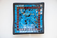 Placa del mosaico con el modelo azul y rojo Pedazos de cristal Imagen de archivo libre de regalías