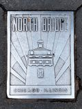 Placa del norte del nombre del metal del puente en la acera de Chicago imagen de archivo libre de regalías