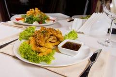 Placa del pollo del sésamo en la tabla del restaurante Foto de archivo libre de regalías