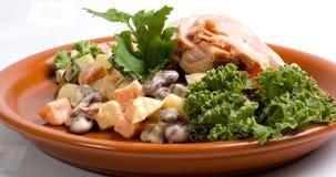 Placa del pollo y de ensalada Foto de archivo libre de regalías