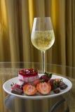 Placa del postre y del champán de la fresa Fotos de archivo