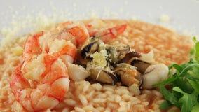 Placa del risotto con los mariscos almacen de video