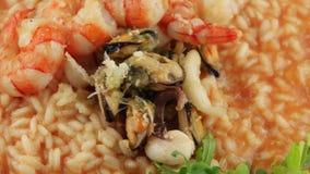 Placa del risotto con los mariscos (lazo) almacen de video
