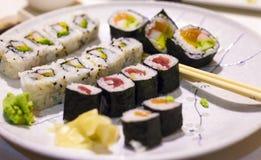 Placa del sushi y del maki Fotos de archivo libres de regalías