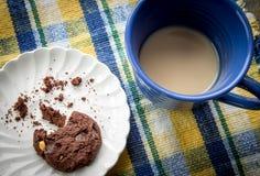 Placa del té de Chip Cookies And Cup Of del chocolate Imágenes de archivo libres de regalías