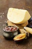 Placa del tablero del queso con el atasco de los ciruelos Imagenes de archivo