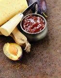 Placa del tablero del queso con el atasco de los ciruelos Imagen de archivo libre de regalías