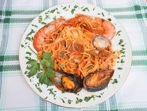 Placa del tagliolini con la salsa de los crustáceos y de tomate Foto de archivo libre de regalías
