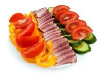 Placa del tomate, del pepino, del jamón y de la pimienta amarilla Foto de archivo
