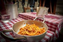 Placa deliciosa da massa com molho de Amatriciana em Roma, imagem de stock