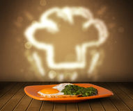 Placa deliciosa de la comida con el sombrero del cocinero del cocinero Imagen de archivo libre de regalías