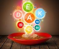 Placa do alimento com refeição deliciosa e símbolos saudáveis da vitamina Fotos de Stock Royalty Free