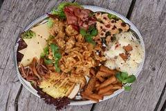 Placa do alimento na tabela de madeira Imagem de Stock