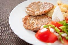 Placa do almoço com almôndega, tomate, massa e salada Fotos de Stock Royalty Free