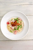 Placa do bacon da massa, queijo, tomates de cereja Imagens de Stock