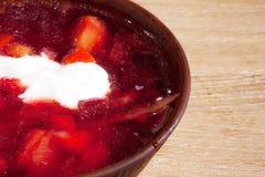 Placa do borscht ucraniano na tabela Fotos de Stock Royalty Free