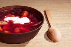 Placa do borscht ucraniano na tabela Fotografia de Stock Royalty Free
