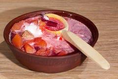 Placa do borscht ucraniano na tabela Foto de Stock