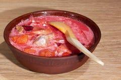 Placa do borscht ucraniano na tabela Imagem de Stock Royalty Free