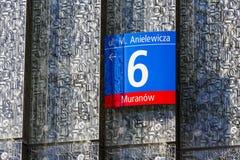 Placa do endereço e fragmento da fachada moderna Fotografia de Stock