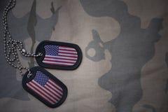 Placa do exército, etiqueta de cão com a bandeira de Estados Unidos da América no fundo caqui da textura imagens de stock